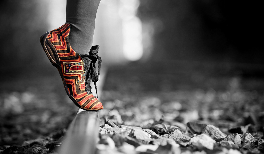 нога, кроссовки, рельса, галька
