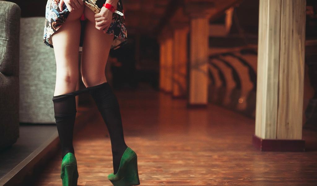 девушка, платье, попа, трусики, ножки