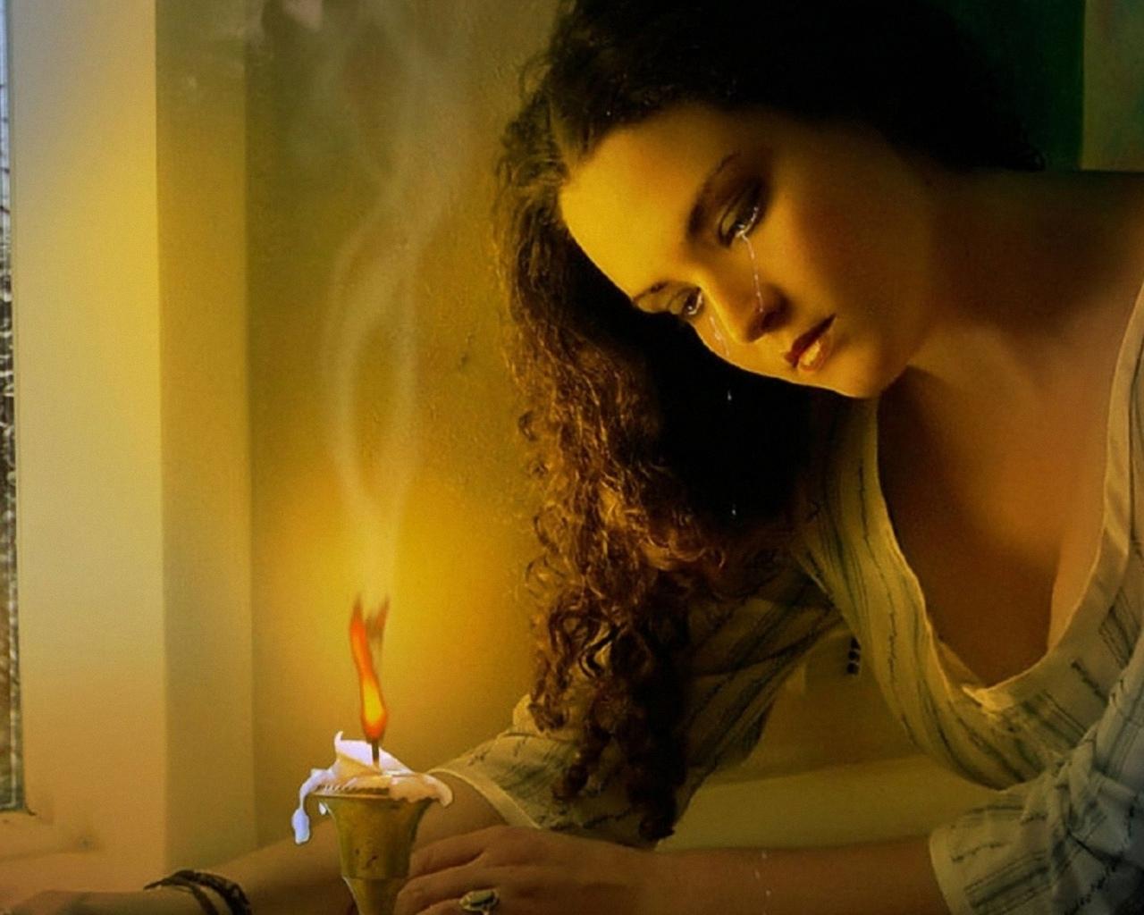 плачущая, девушка, над горящей, свечой