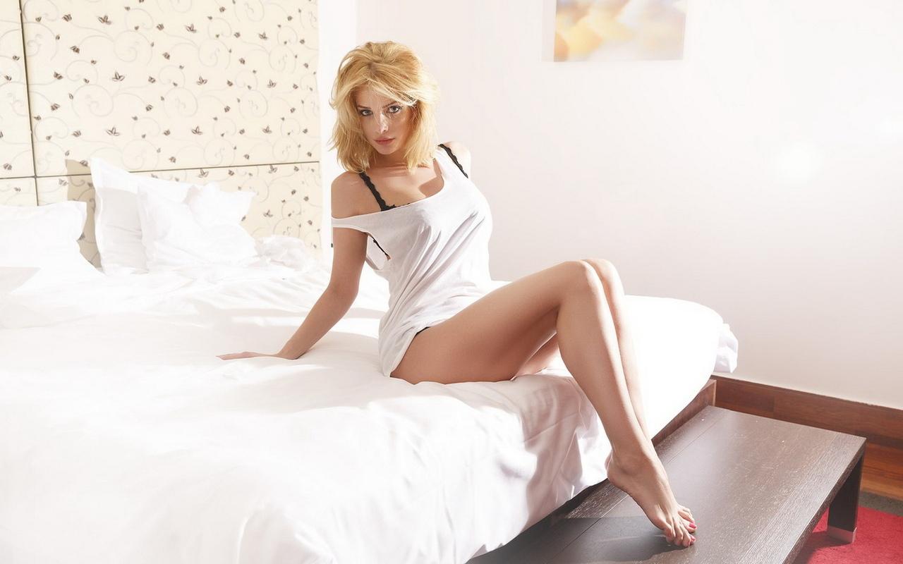 татьяна котова, певица, актриса, телеведущая, модель, личико, блондинка, милашка, красивая, локоны, позирует, ножки, бюст, в постели, лёгкая эротика, эротично, секси