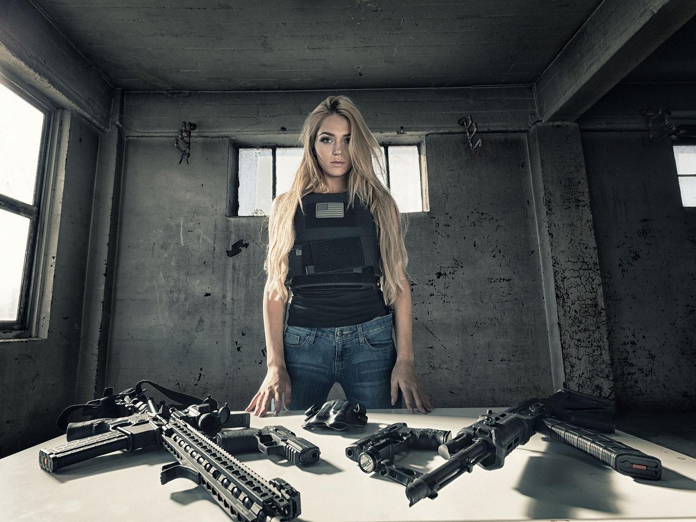 девушка, модель, позирует, оружие, бронь