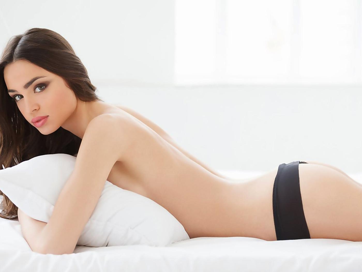 девушка, красивая, лежит, кровать, подушка, волосы