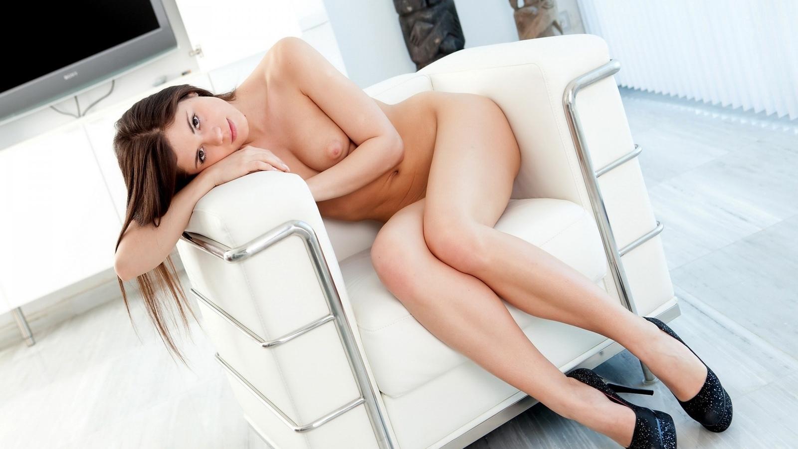 в кресле, позирует, грустная, красивая, обнаженная