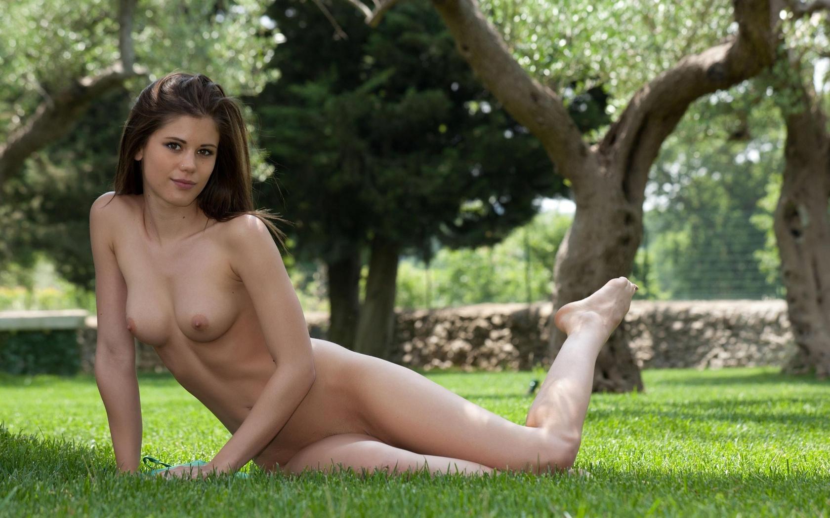 каприз, позирует, на траве, грудь, ножки
