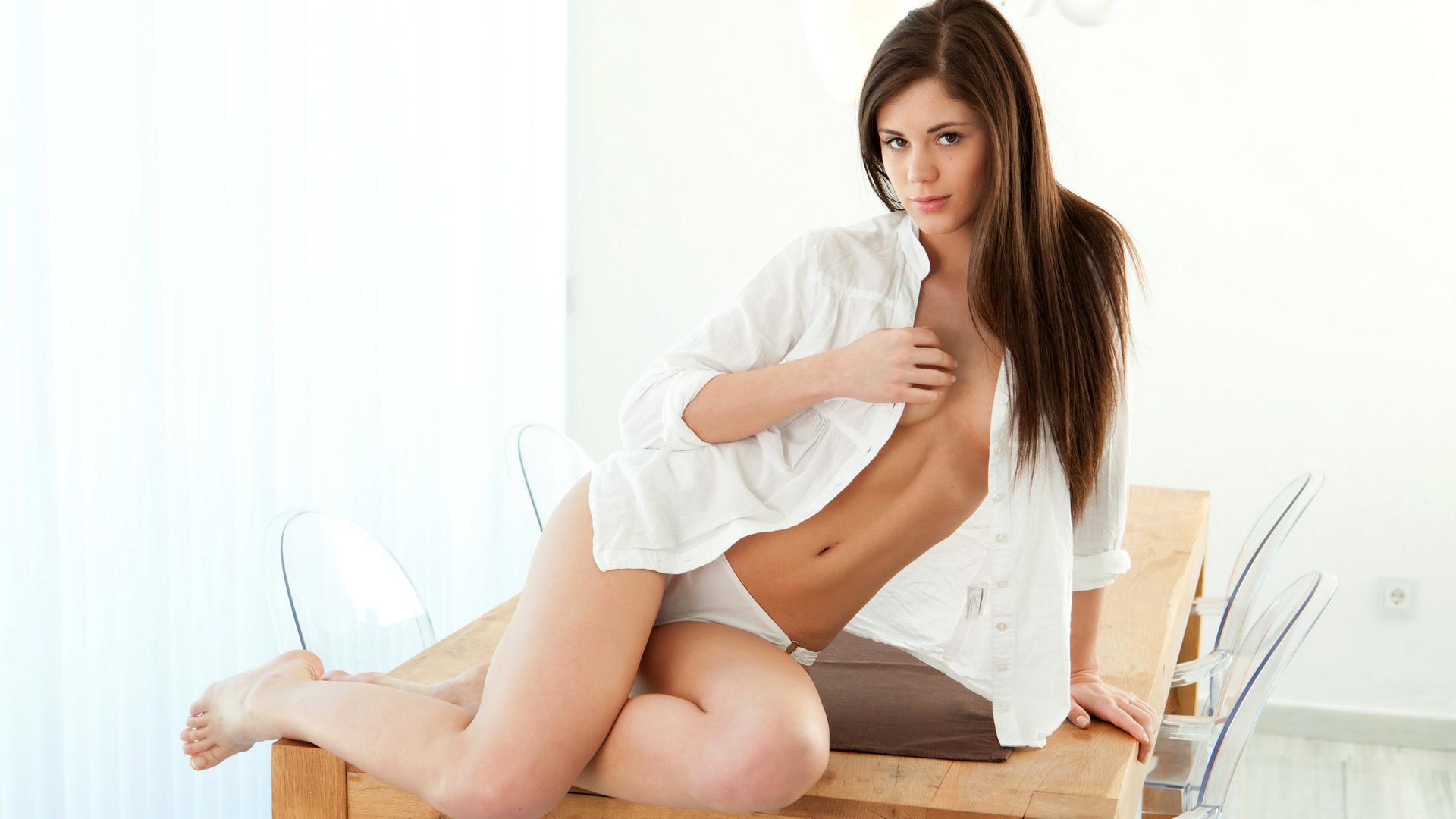 красивая, на столе, позирует, рубашка, лицо, трусики