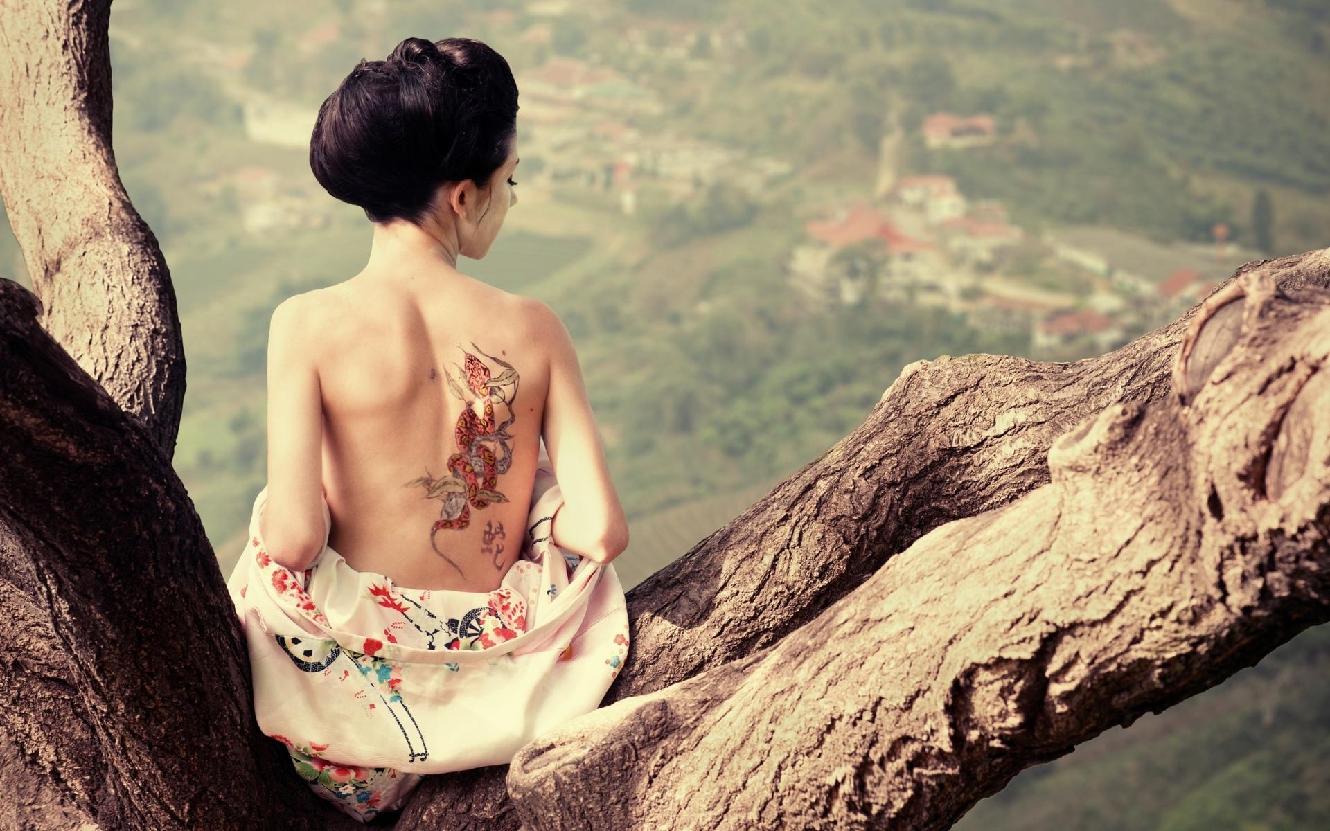 девушка, гейша, с тату, на дереве