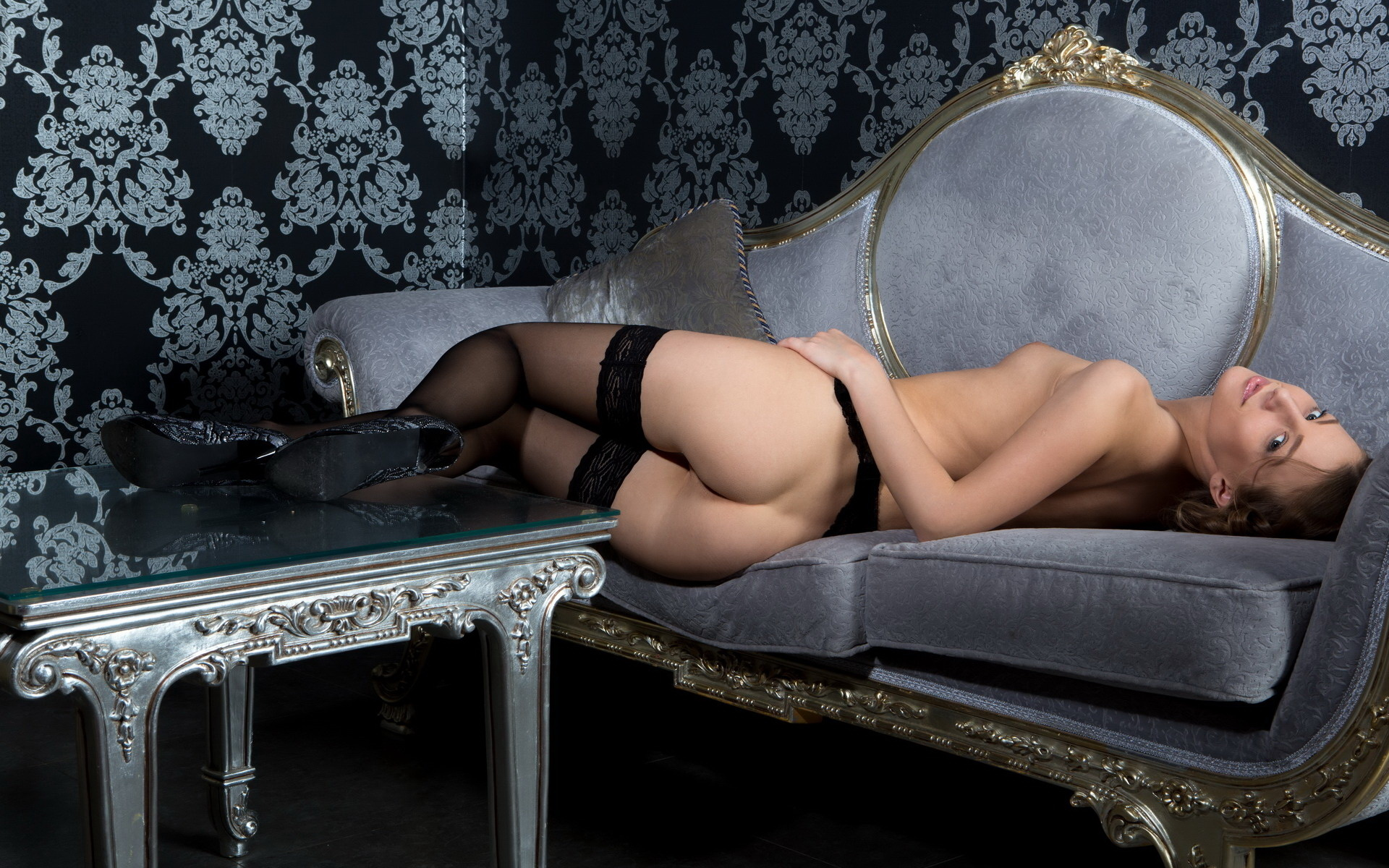 девушка, диван, чулки