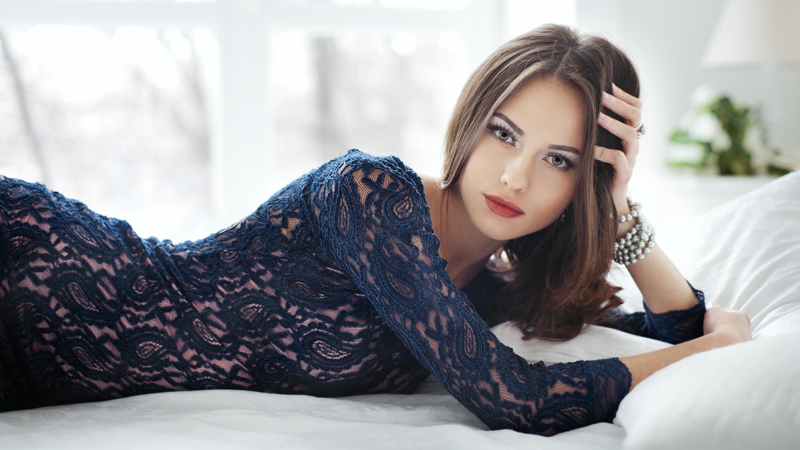 девушка, лежит, в платье, очень красивое лицо, позирует, постель