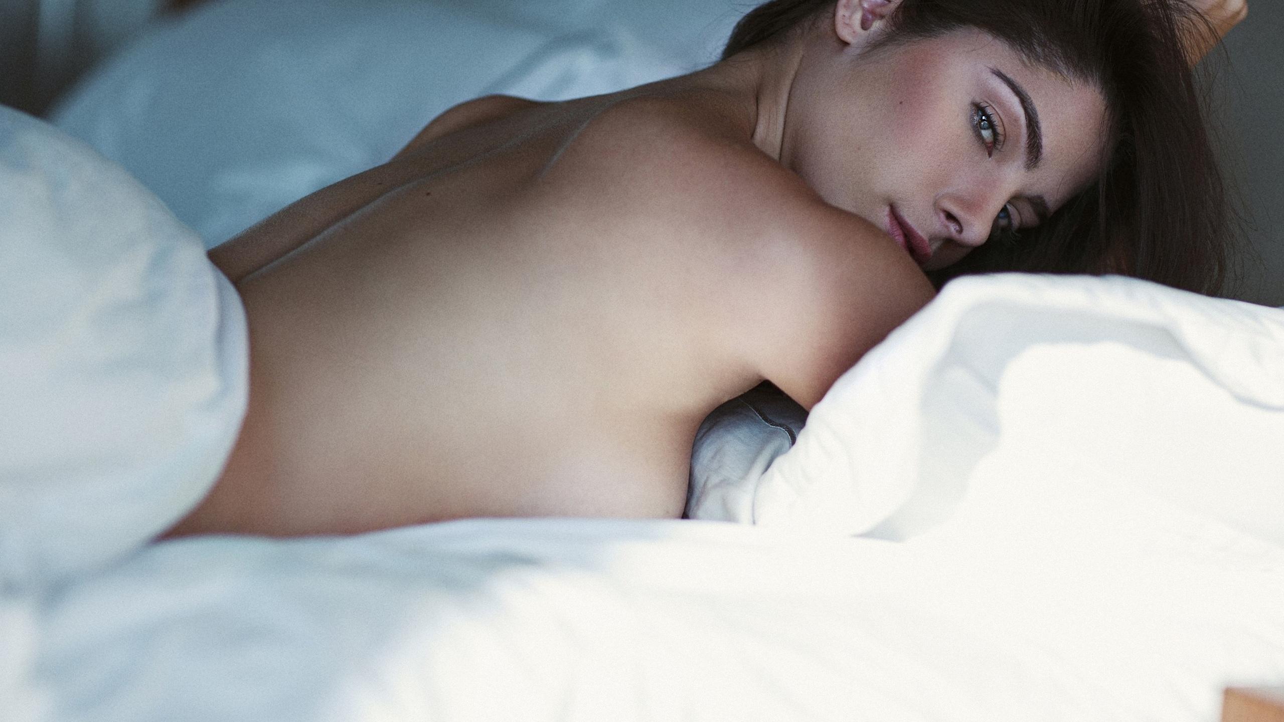 девушка, позирует, в постели