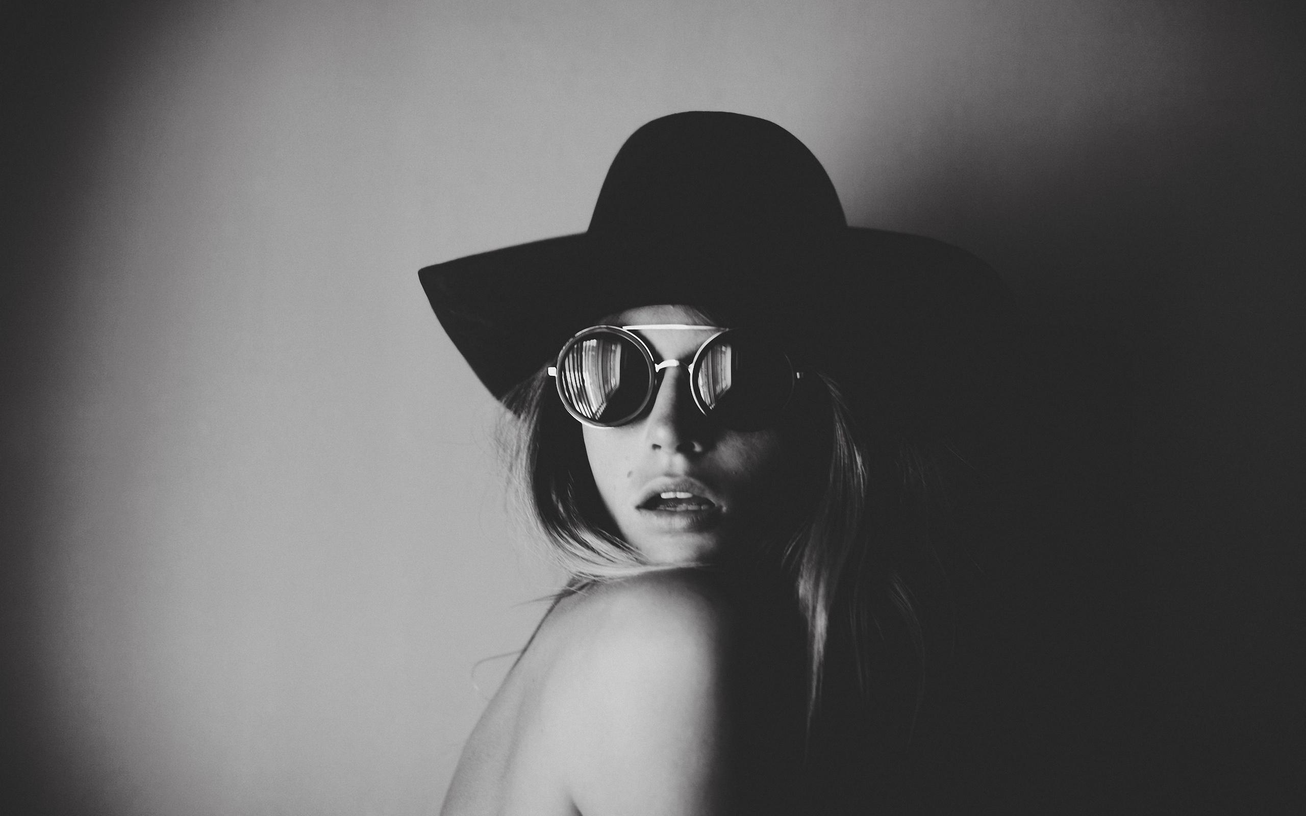 девушка, взгляд, портрет, шляпа, очки, чб фото