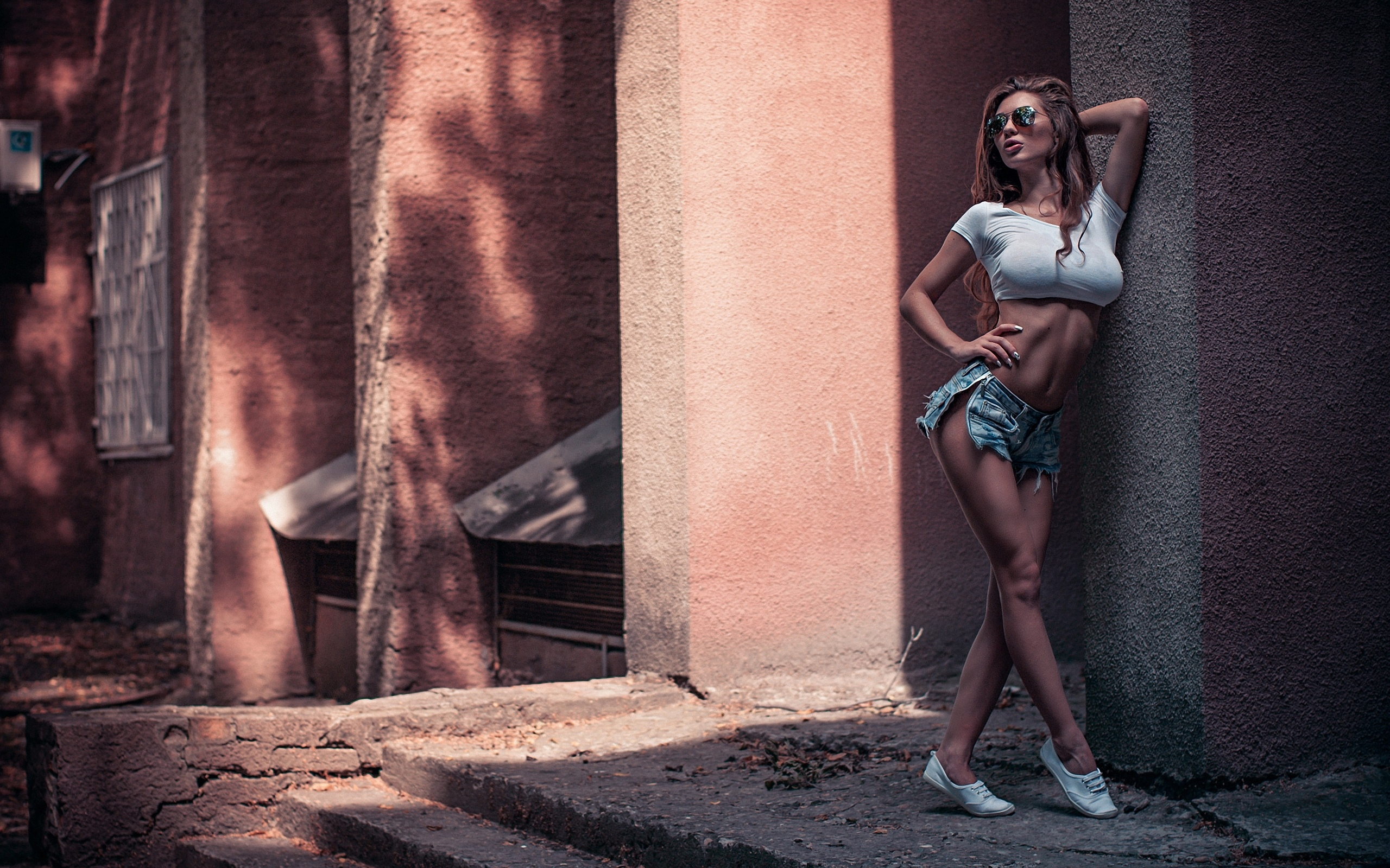 девушка, модель, позирует, у стены, шортики, топик, очки, проф фото