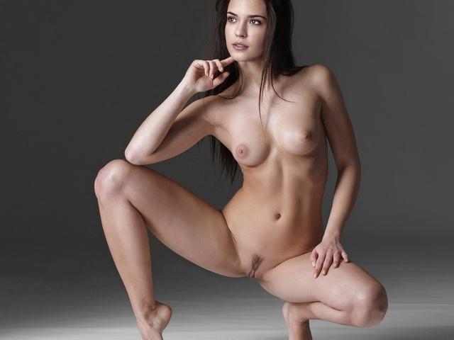 на носочках, голая, позирует, лицо, грудь, живот