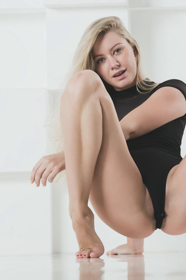 девушка, блондинка, поза, белье, красивая, ножки