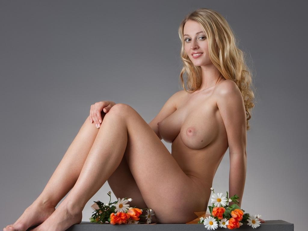 carisha, соло, большие сиськи, пухлые соски, femjoy, цветы, улыбка, блондинка, длинные волосы, стройные ноги