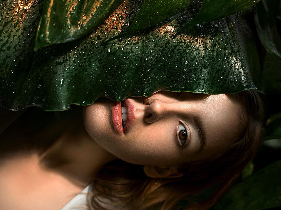 девушка, за большим, мокрым, листом