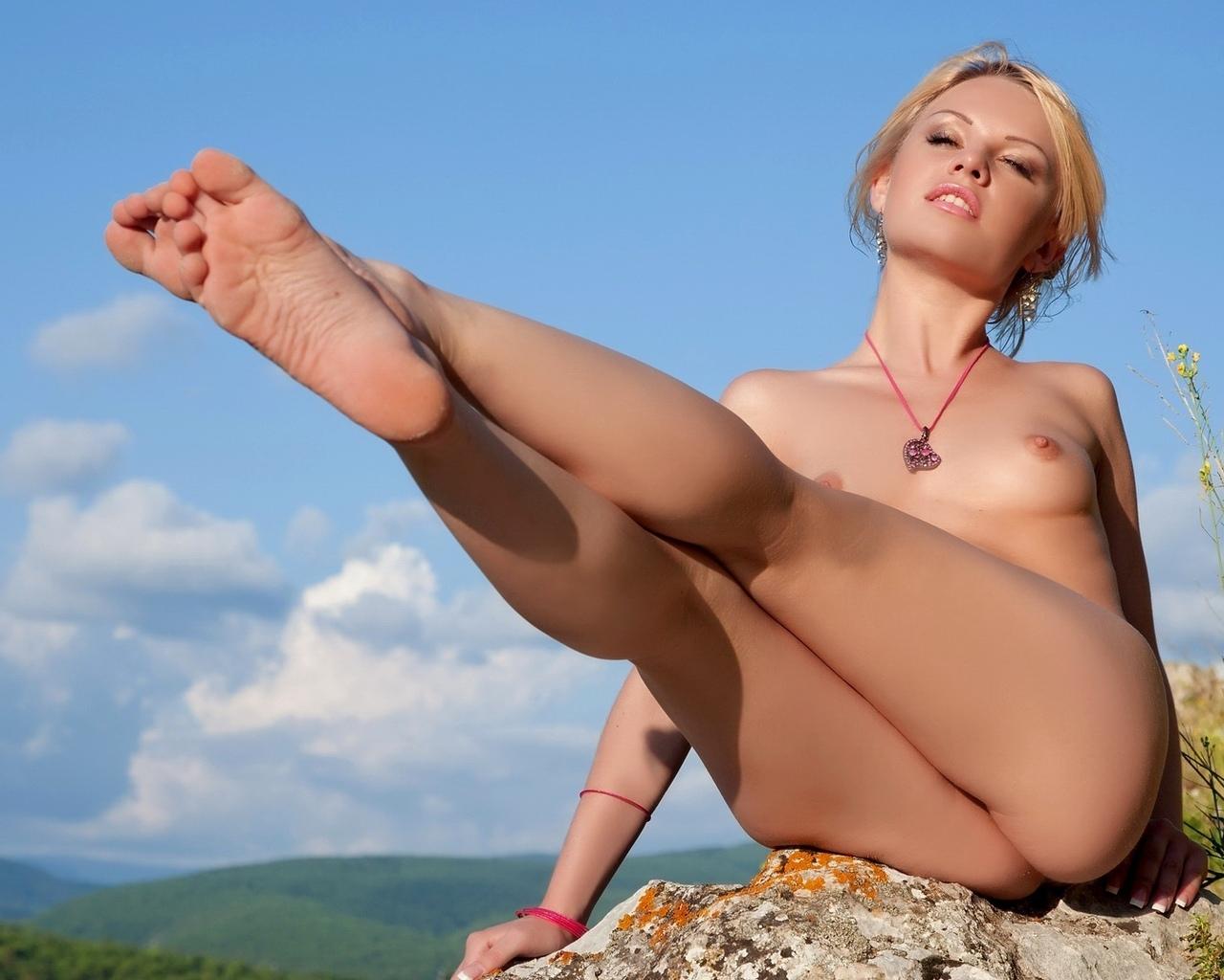 блондинка, камни, небо