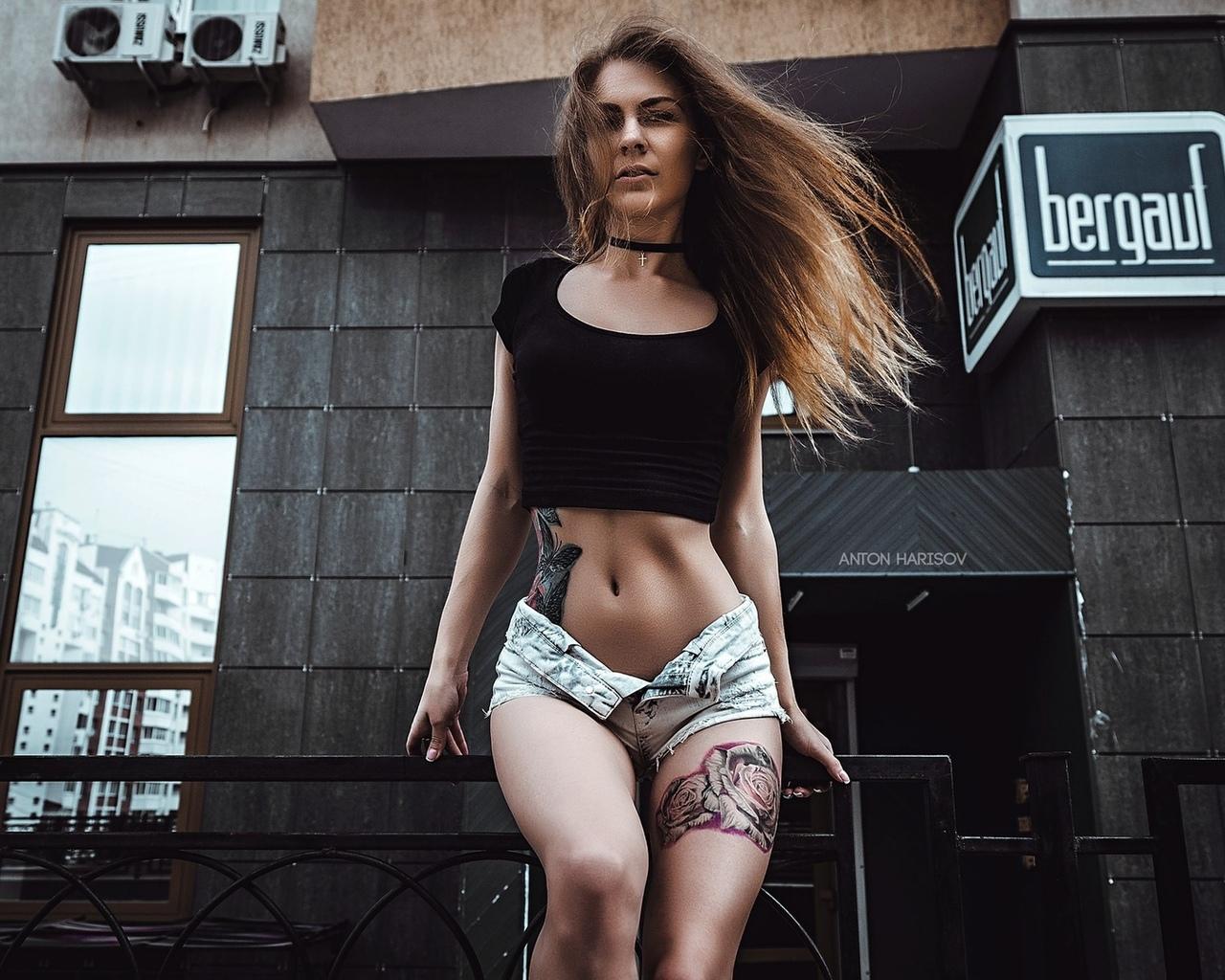 юлия berr, женщины, портрет, брюнетка, тощий, живот, татуировки, джинсовые шорты, короткие шорты, жопа