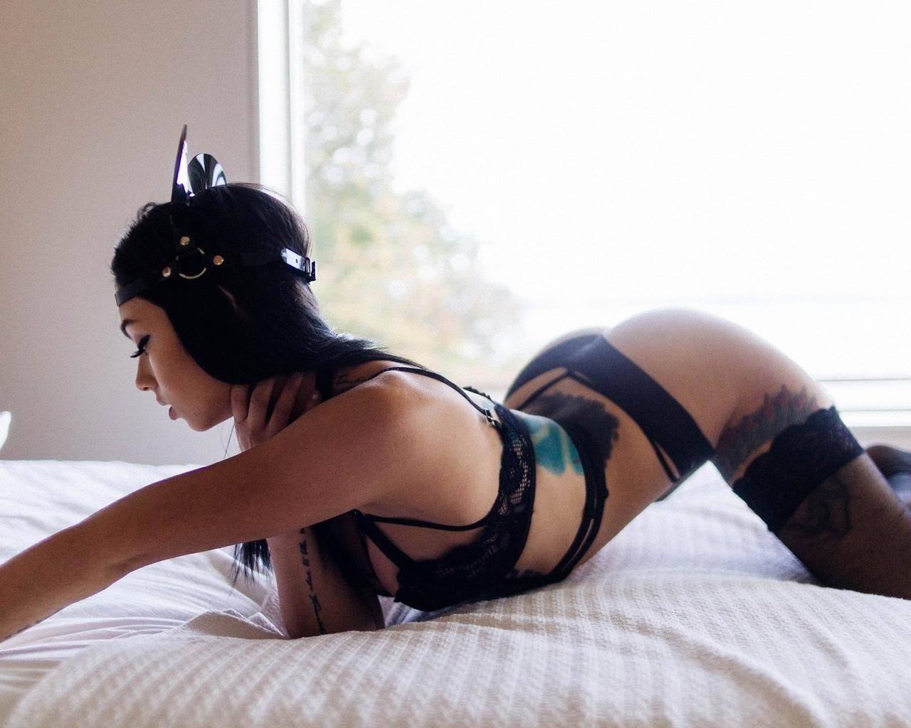 женщины, черное белье, в постели, повязка на голову, татуировки, черные чулки, жопа, согнувшись, брюнетка, выгнутой спине, окно