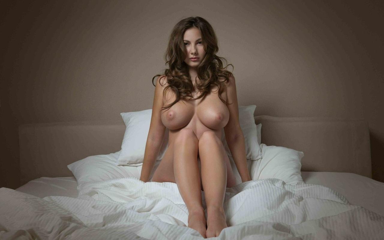 сиськи, большие сиськи, брюнетка, грудь, кровать