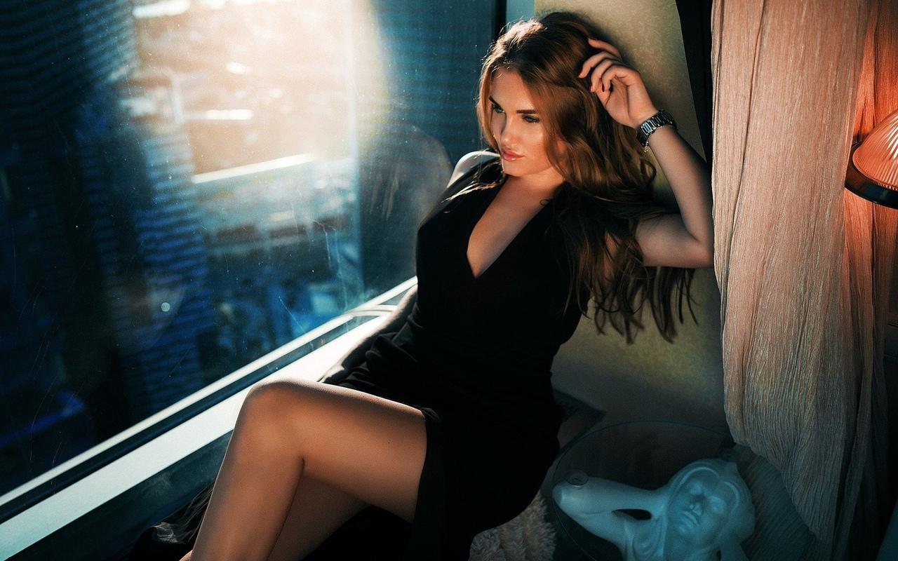 черное платье, декольте, сидит, модели, ноги, женщины