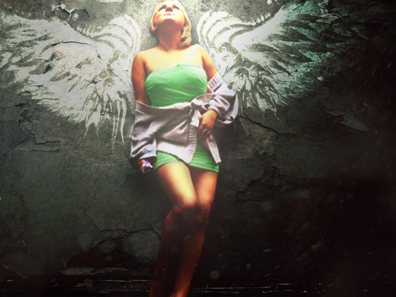 девушка, модель, позирует, крылья, на стене