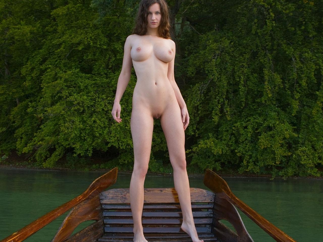 susann, брюнетка, обнаженная, сексуальная, модель, на улице, вода, лодка, сиськи, грудь, сексуальные ноги