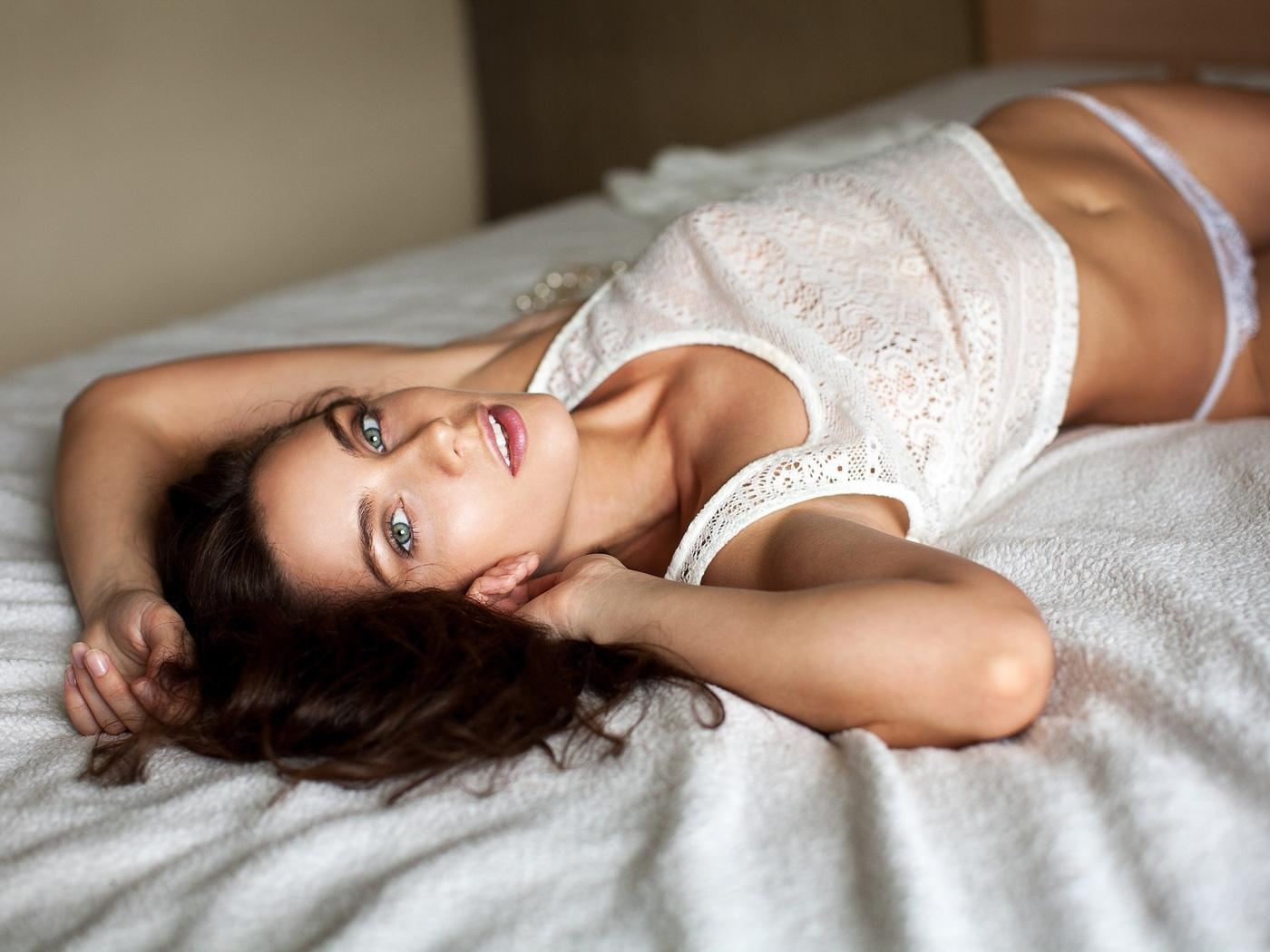 женщины, брюнетка, смотрит на зрителя, живот, в постели, белые трусики