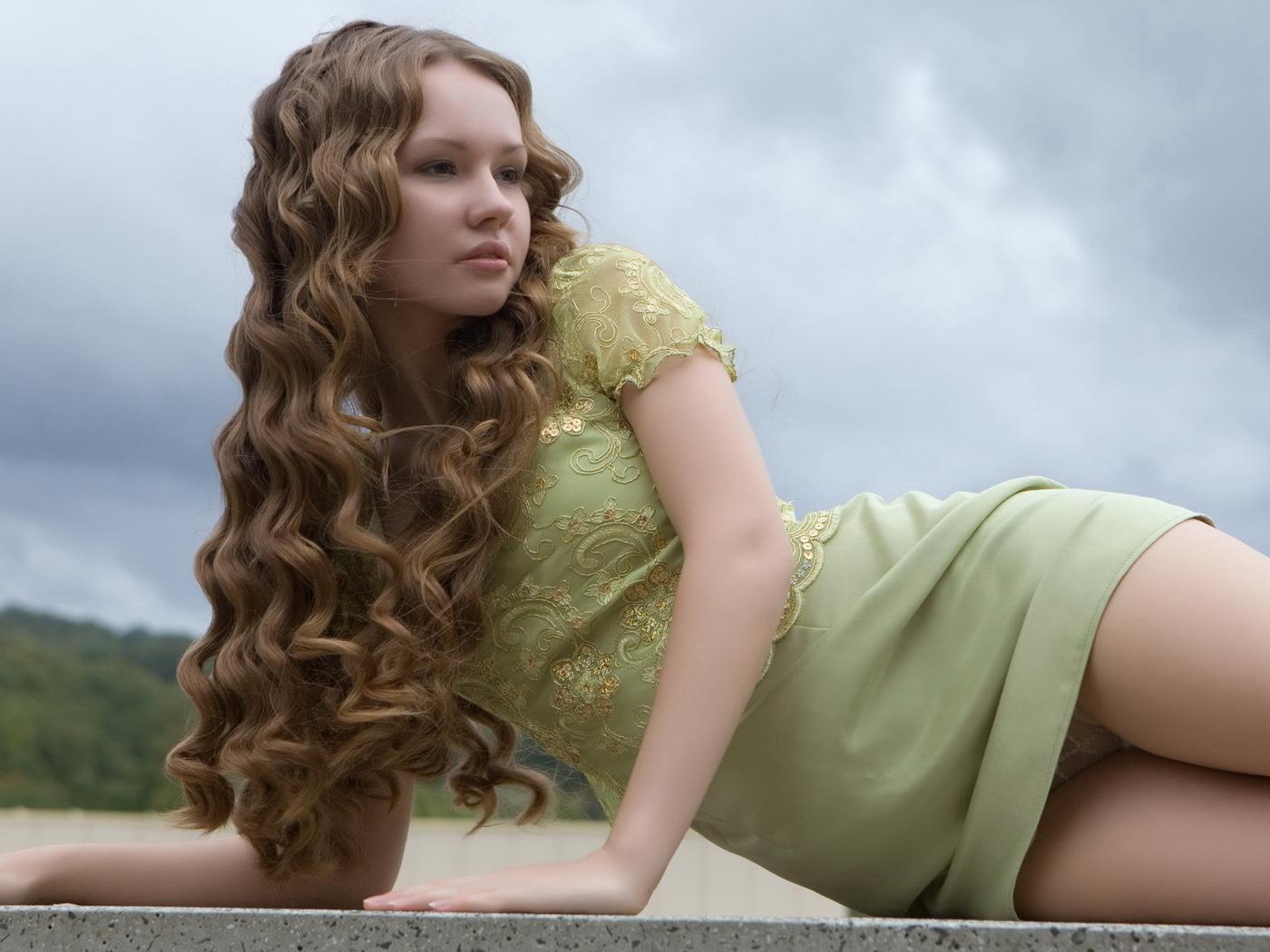 длинные волосы, красотка, лежит, молодая, ножки, платье, трусики, шатенка