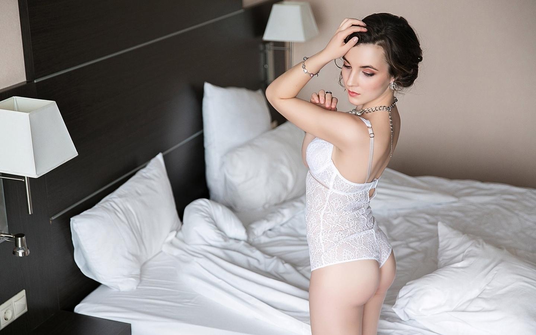 женщины, постель, жопа, белое белье, портрет, руки на голову