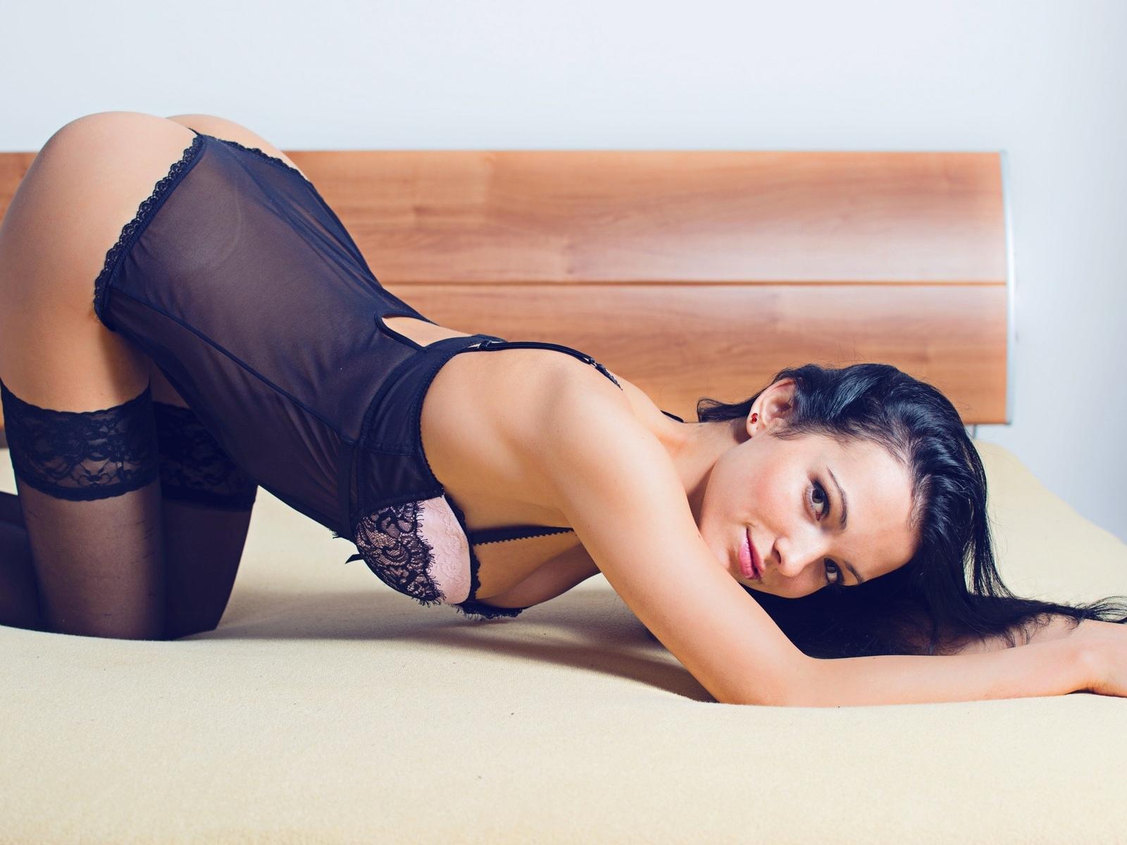 sapphira, young, эротическая модель, сексуальная красотка, позирует, кровать, улыбка, белье, сетка, тело, чулки, эротика