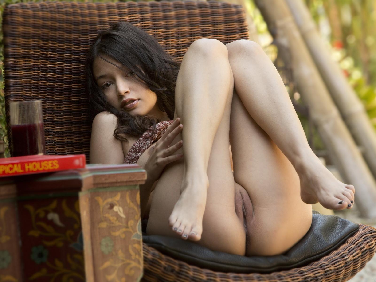 девушка, плетённое кресло