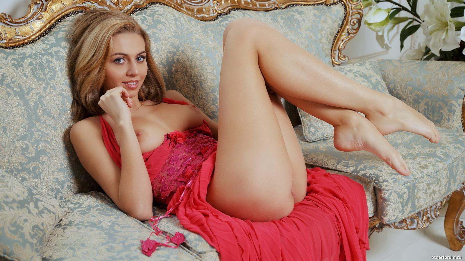 девушка, диван, красное платье