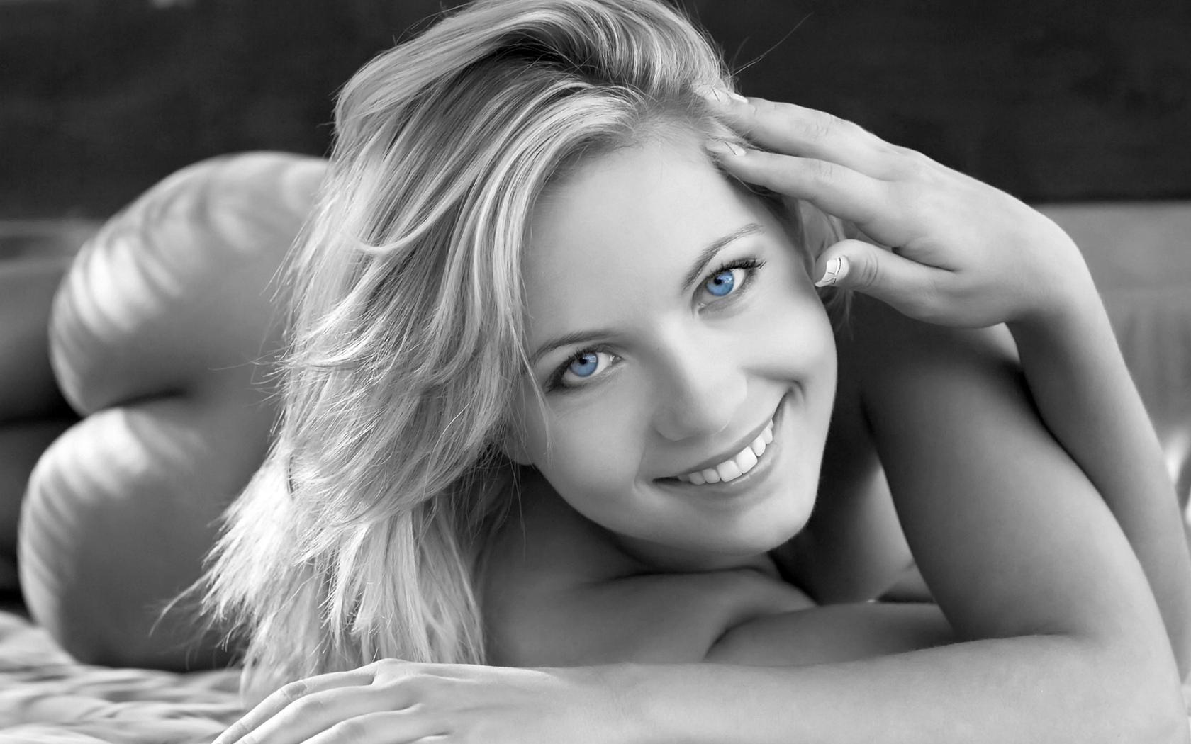 jenni gregg, блондинка, голубые глаза, черные и белые, попка, улыбка