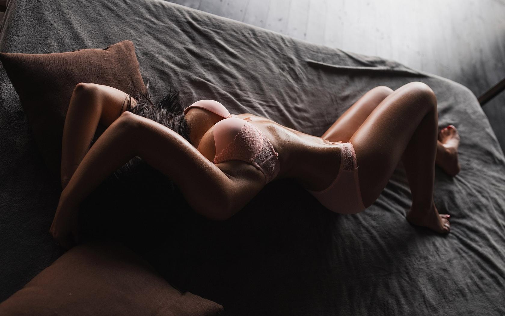 женщины, в постели, белое белье, жопа, загорелый живот, вид сверху