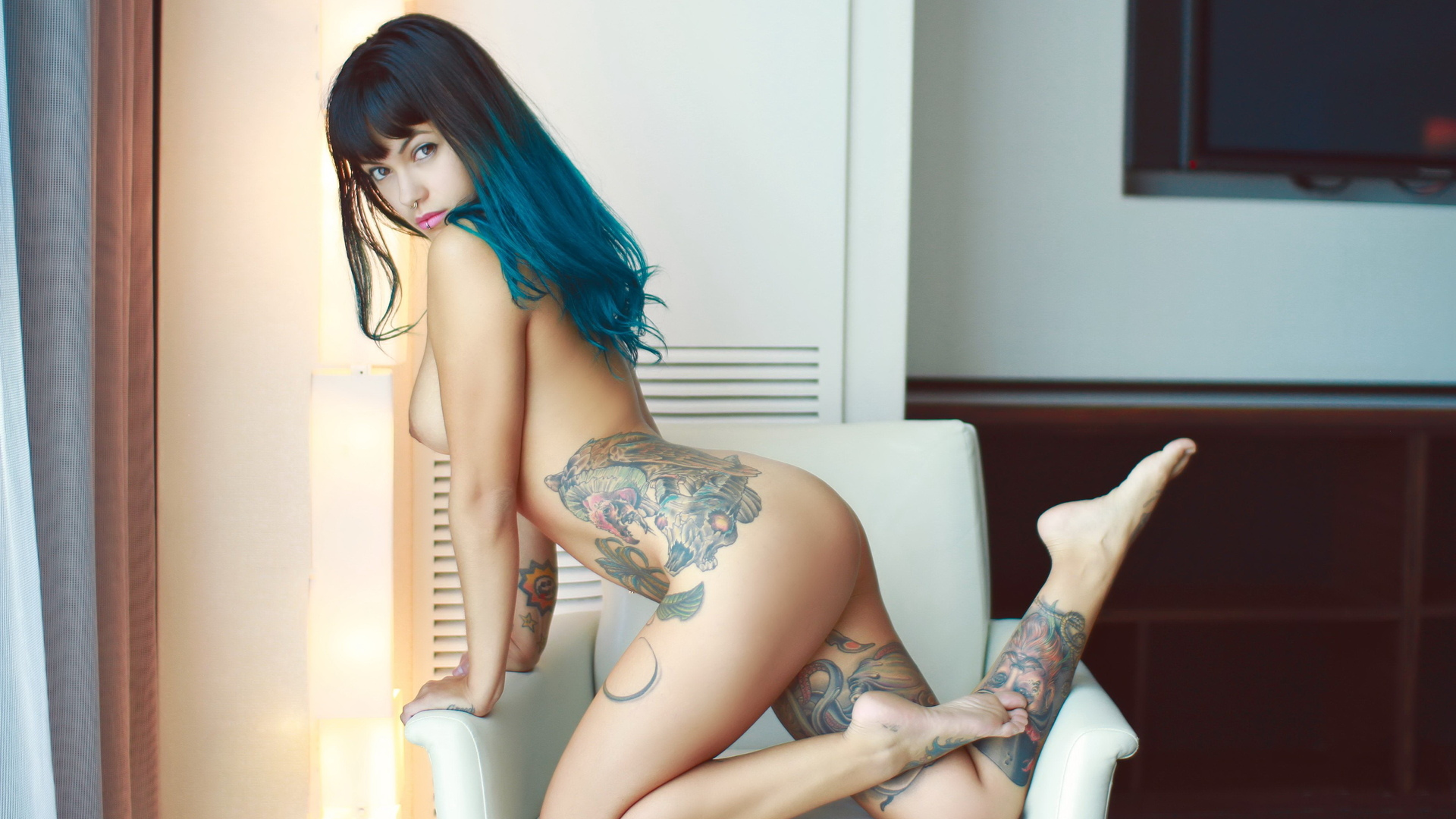 bixton, брюнетка, грудь, попа, тату, пирсинг, клоун, девушки, синие волосы, стоя на коленях, татуировки, ноги, татуировки
