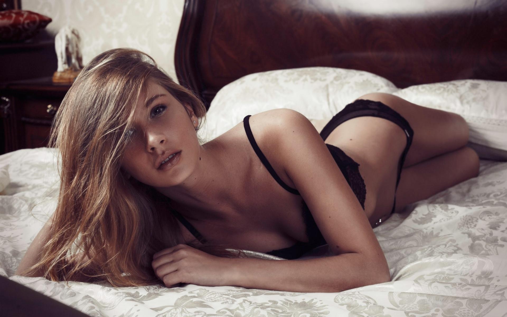 женщины, блондинка, в постели, черное белье, живот, смотрит на зрителя, брюнетка, расщепление, хорошо, трусики, нижнее белье