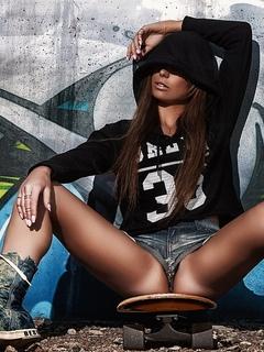женщины, сидящий, жопа, обувь, загорелый, капоты, свитер, стена, джинсовые шорты, скейтборд