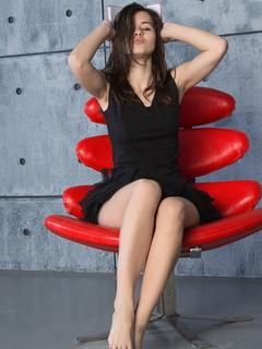 audrey, famegirl, брюнетка, милая, красивая, юбка, стул