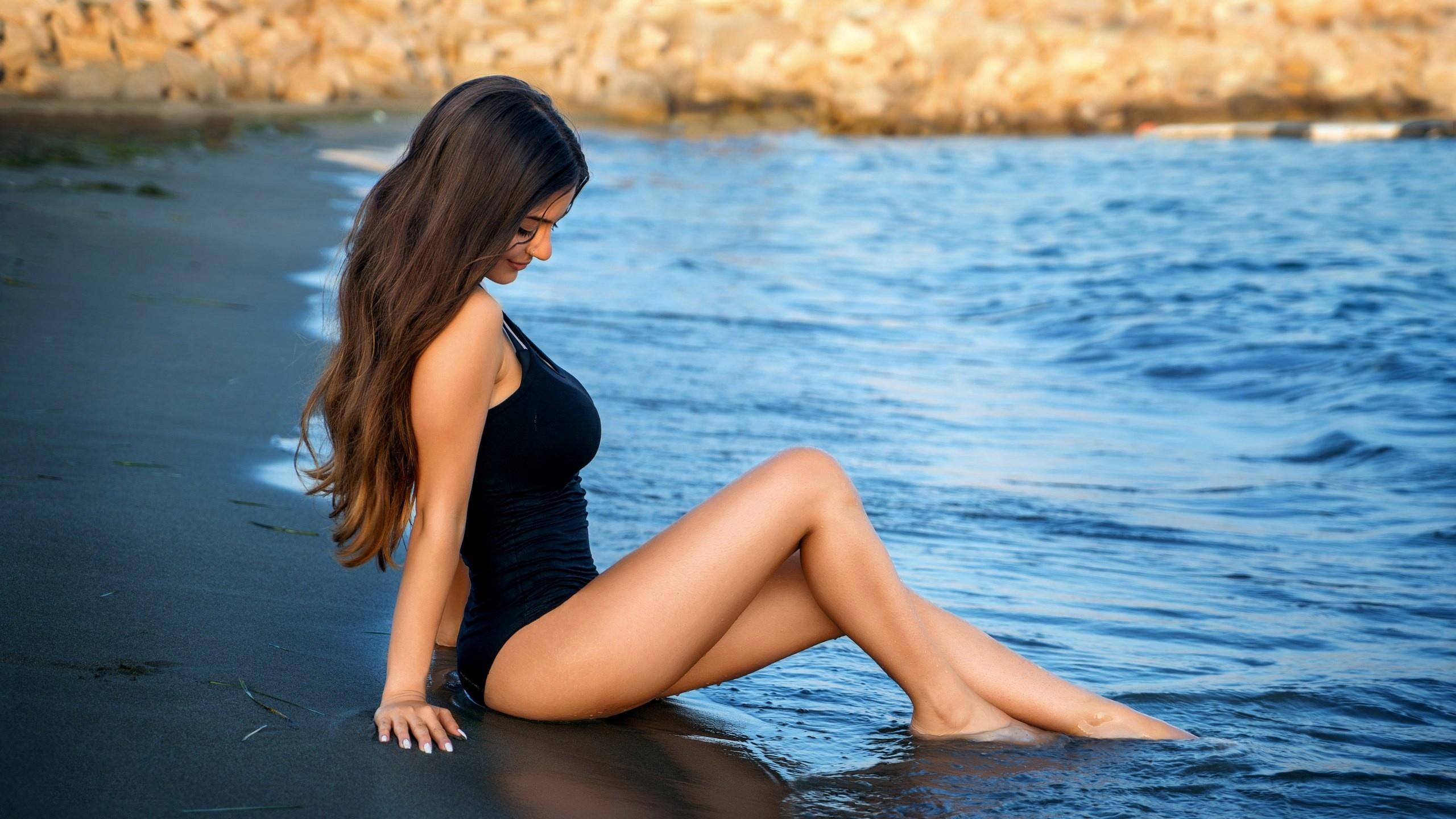 женщины, сидящий, кольца в носу, цельный купальник, воды, песок, брюнетка, капли воды, глубина резкости