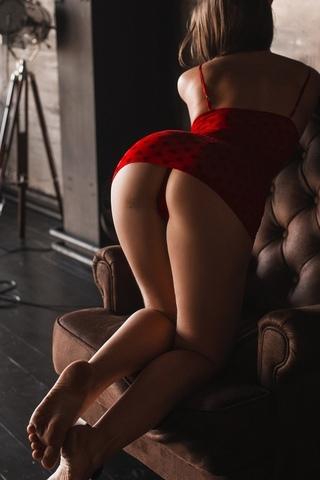 женщины, красное платье, красные трусики, стоя на коленях, деревянная поверхность, назад, выгнутой спине, согнувшись