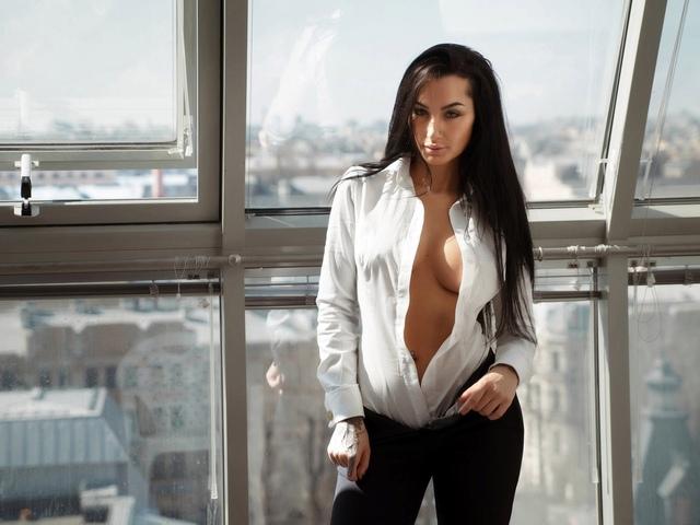 женщины, брюки, pубашка, underboob, черные волосы, портрет, окно, длинные волосы, город, открытая рубашка