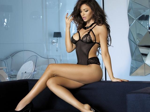 monika pietrasinska, брюнетка, essous модель, сексуальная красотка, длинные волосы, позы, сидя, диван, белье
